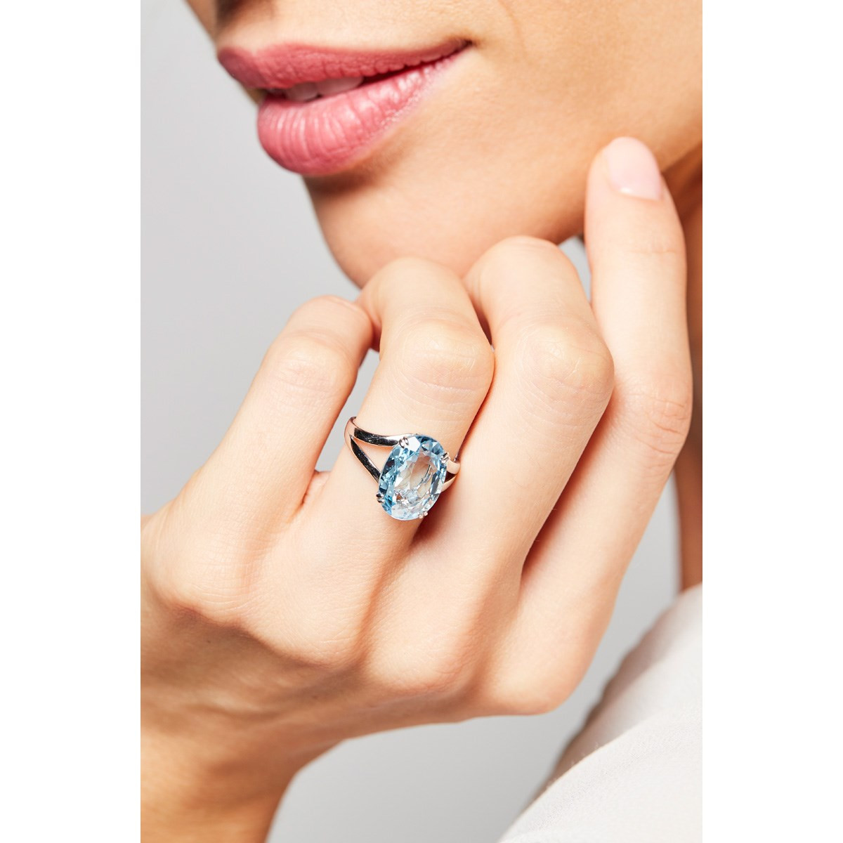 "Bague Or Blanc ""PATTAYA"" Diamants 0,05 carat et Topaze Bleue 6,4 carat"