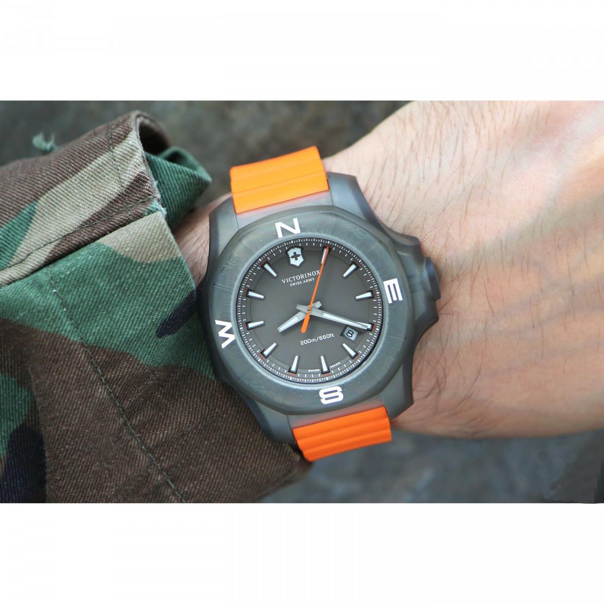 Montre Homme Victorinox I.N.O.X. Titane, boîtier titane, bracelet caoutchouc orange - 43 mm